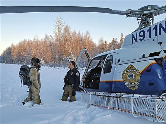史蒂爾(右)在9日被直升機救出,獲救時他神情憔悴、心理受創。 法新社