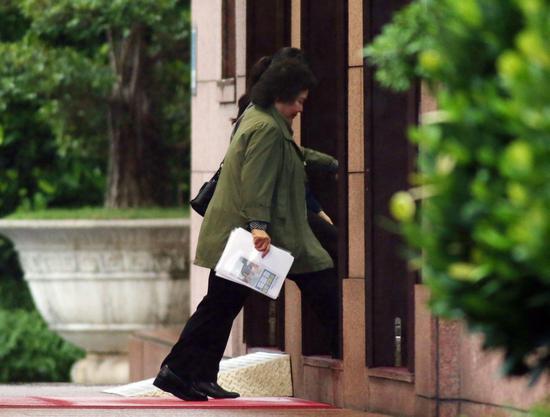 本报记者捕捉到总统府秘书长陈菊在傍晚接近5时进入行政院。从照片也可以看到,陈菊拿...