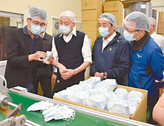 高雄市長韓國瑜(左二)不理罷免,昨天照既定行程到淨新科技公司爲全力配合防疫產製口罩的人員致謝打氣。 圖/高雄市新聞局提供