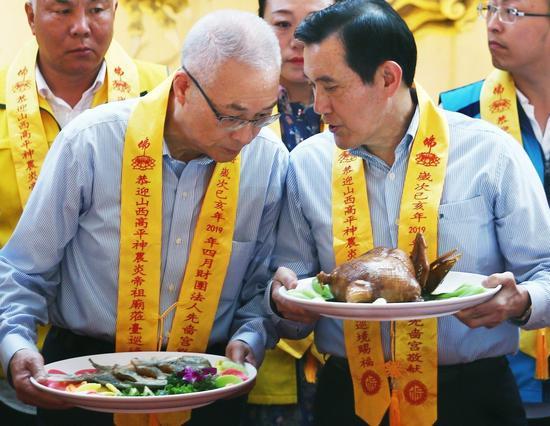 對於韓國瑜批國民黨權貴政治,前總統馬英九(右)表示,相信吳敦義(左)會做最好的安排。 記者蘇健忠/攝影