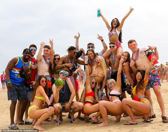 美国大学春假(Spring Break)登场,大学生涌入美国南方温暖的海边,喝酒...