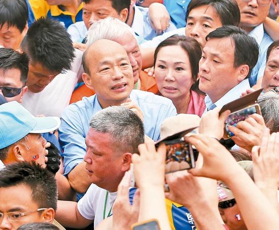 6月1日凯道造势,高雄市长韩国瑜(中)在众人簇拥下走向舞台。 本报资料照片