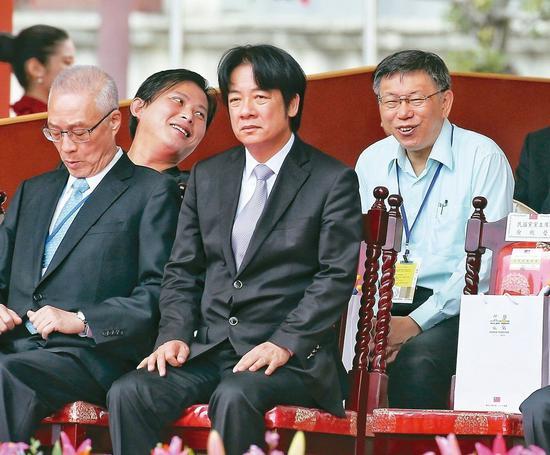 國慶大會上,行政院長賴清德(前排右)與國民黨主席吳敦義(前排左)相鄰而坐;時代力...