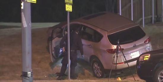 美國達拉斯一名母親爲了保衛兩名幼子,向劫車犯頭部開槍,車輛失控撞向電線杆。翻攝Fox4 News