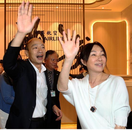 高雄市长韩国瑜夫妇9日深夜搭乘中华航空公司班机前往美国访问。记者陈嘉宁/摄影