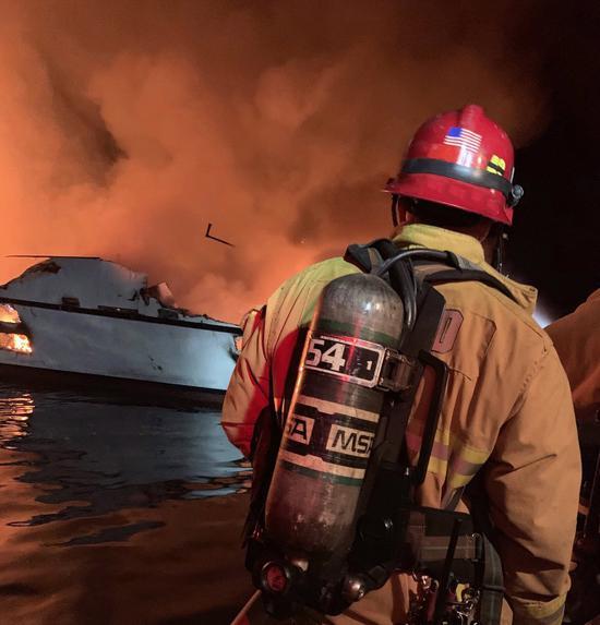 美國加州聖塔芭芭拉郡聖克魯斯島外海潛水船二日清晨突然起火,加州文圖拉郡消防員前往救災。(歐新社)