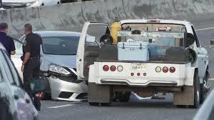 德州休士顿高速公路上因车祸引发枪击案,两人丧生。图为枪击现场。(截自ABC新闻画面)