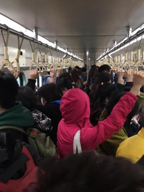 基隆火車站列車上站滿人等待發車。圖/取自爆料公社