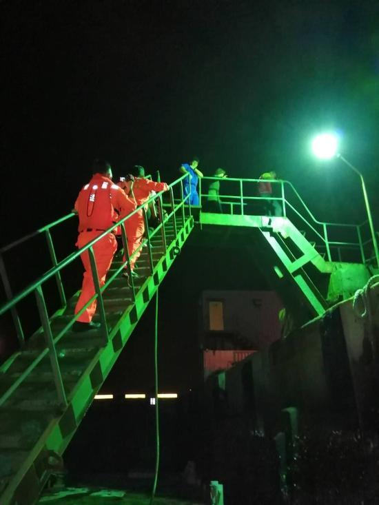 女乘客在游轮上需救医,海巡人员救援。图/台中海巡队提供