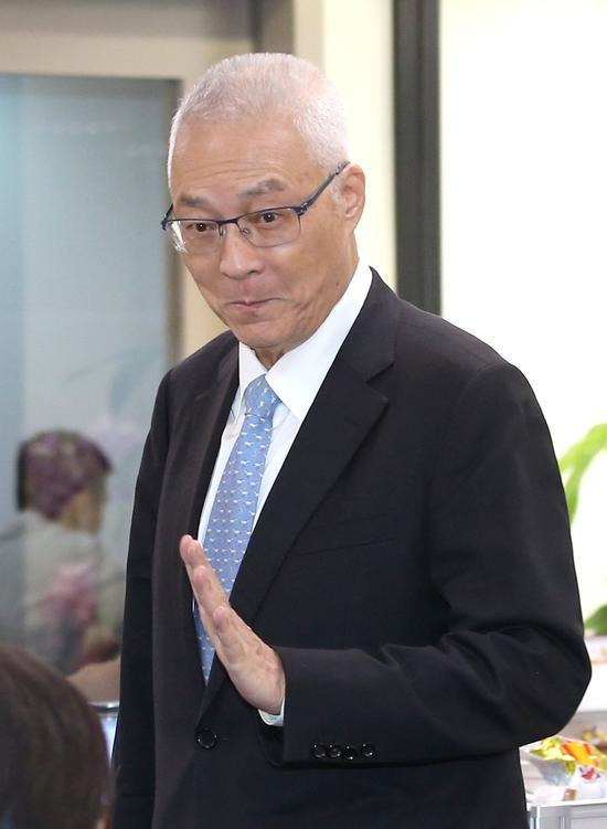 國民黨主席吳敦義5日接受廣播節目專訪,首度提到考慮將自己列在不分區立委名單第八到十名,引發黨內正反意見。記者林澔一/攝影