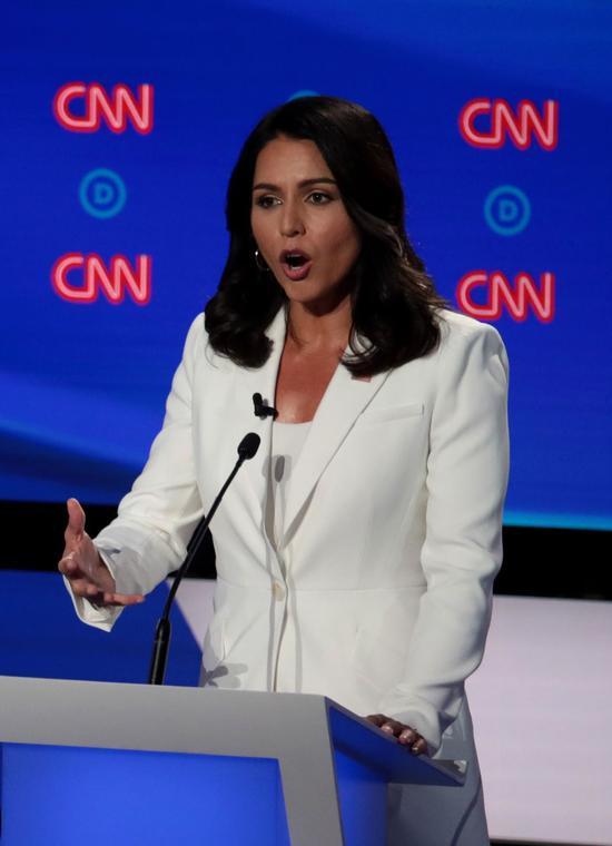 民主黨總統參選人第二輪第二天辯論,人氣最高的是國會衆議員蓋巴,但恐無緣進入第三輪辯論。 法新社