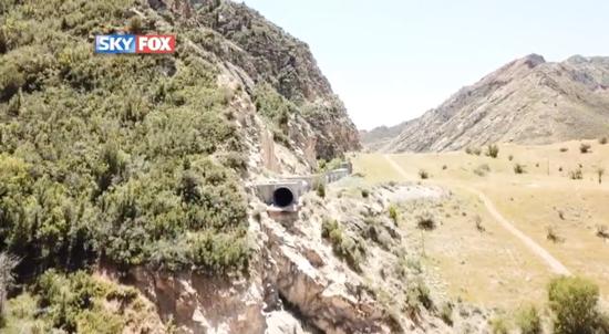 美国一名男子误闯排水隧道,却因摔倒跌出隧道口,而坠落悬崖图撷自fox news影片