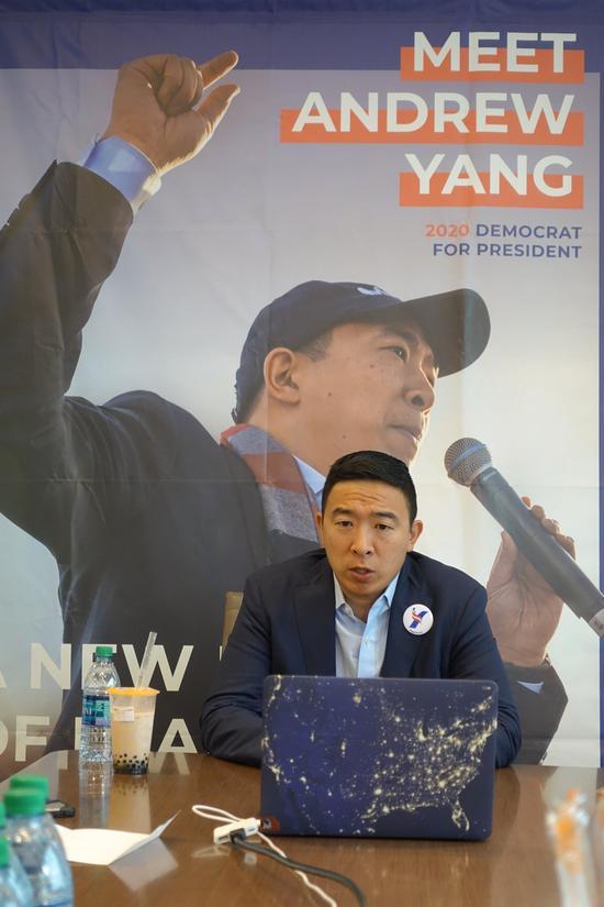 杨安泽在曼哈顿与媒体进行线上及线下互动 (记者金春香/摄影)