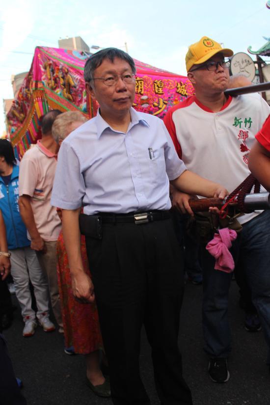 新竹市都城煌廟今天舉行查夜暗訪活動,臺北市長柯文哲偕柯爸柯媽參拜後,與柯爸柯媽一起參與扶轎。記者張雅婷/攝影