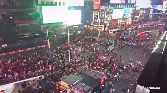 美國德州和俄亥俄州上週末接連爆發槍擊案後,紐約市6日晚間也因一輛摩托車引擎回火發...