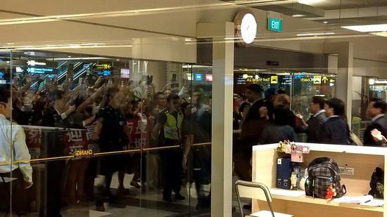 新加坡漳宜机场吸引大批韩粉接机。记者蔡孟妤/摄影