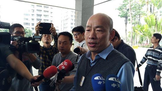 高市长韩国瑜今在广播节目专访自爆,经过探查,目前地下箱涵排水有1万多个洞,一旦汛期来后果不堪设想。记者蔡孟妤/摄影