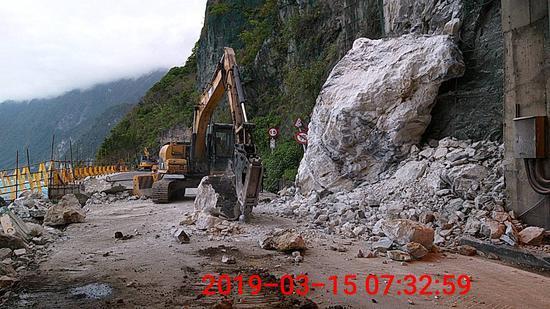 臺9線大清水隧道南口今天凌晨降下巨石阻斷交通,公路單位趕往處理。圖/公路總局提供