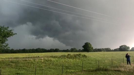 美国德州富兰克林镇13日遭到龙卷风袭击,有推特用户在该镇东南方拍到风暴乌云逐渐变...