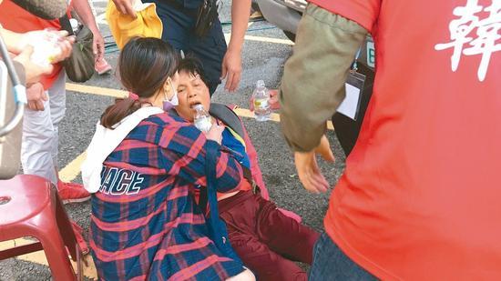 云林昨天大晴天,不少韩粉昏倒中暑送医。 记者姜宜菁/摄影