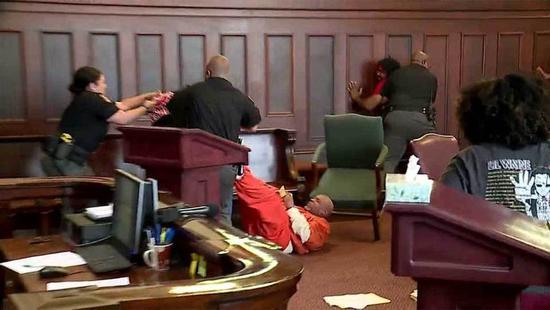 美国俄亥俄州的一对兄弟本周四在法庭上失控,两人在听证会上想殴打谋杀他们母亲的男子...