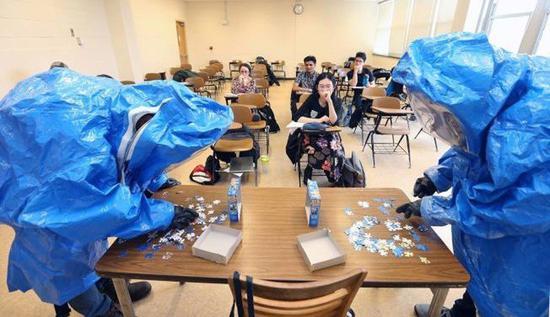 普渡大學即日起屏蔽所有教學大樓內的流媒體服務,圖爲學生上課情形。(普渡大學臉書截圖)