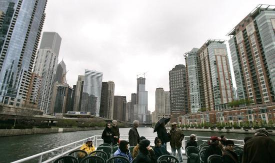 游客搭船游览芝加哥河,迎面而来的是芝加哥密集的摩天大楼。美联社