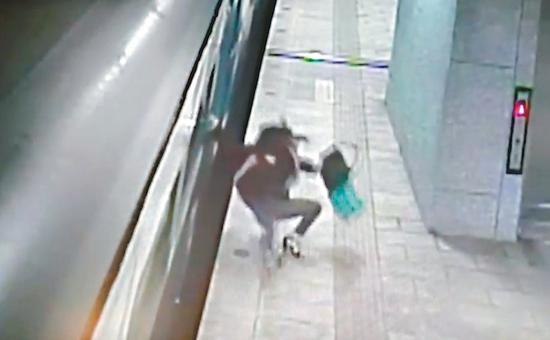女子跳車後重心不穩。 圖/翻攝自Youtube'Dukoff'