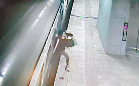 屏東一名女子日前在臺鐵潮州站搭錯車,情急之下從車內一躍而出。 圖/翻攝自Youtube'Dukoff'