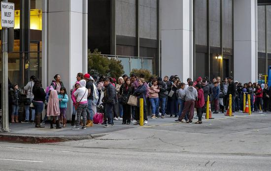 川普任总统后,加强调查申请人致公民入籍申请等候时间翻倍。 世界日报记者赵元良/摄影