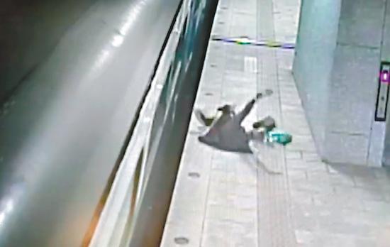 女子最後摔落月臺,幸無大礙。 圖/翻攝自Youtube'Dukoff'