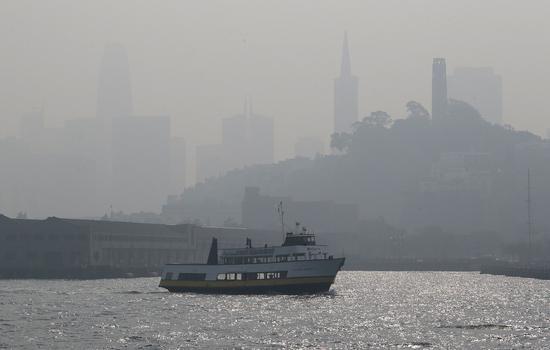 加州空氣品質因山火淪世界最差,舊金山機場因能見度差,班機延誤或取消。美聯社