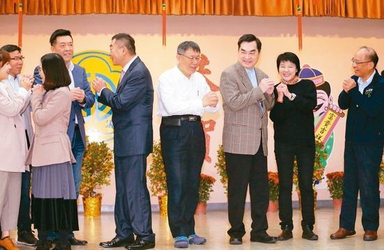 台北市长柯文哲(中)昨率局处首长向市议员新春团拜。 记者许正宏/摄影