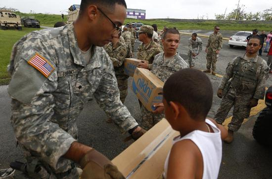 美联社报导,美国陆军最近几周突然开始勒令移民新兵和后备军人退伍。图为美国陆军去年在风灾后到波多黎各提供补给品。欧新社