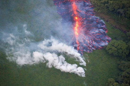 美国夏威夷州的主要景点几劳亚火山持续涌出熔岩,民众取消到夏威夷大岛旅行,让观光业损失至少500万美元。路透