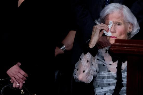 美国联邦参议员麦凯恩日前逝世,麦凯恩高龄106岁母亲31日出席追思仪式。路透