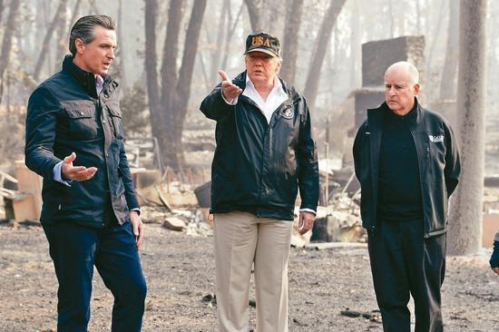 美国总统川普(中)视察灾区,加州州长布朗(右)与下任州长当选人纽森陪同。 美联社
