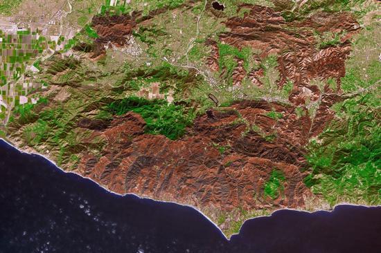 NASA日前公布一张卫星照片,形容大火已在加州南部留下一道深褐色「伤疤」。 图撷自earth observatory
