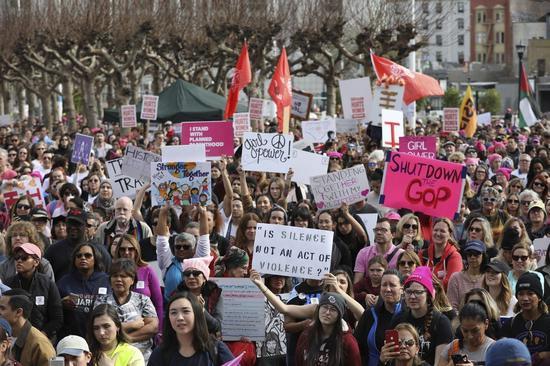 一年一度的「女性大遊行」十九日在全美各地登場,訴求和往年一樣,反對總統川普並支持女權。圖爲加州舊金山的遊行景象。 (美聯社)
