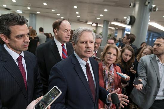共和党参议员John Hoeven(中)连同其他几位共和党议员,在听取官员简报美墨边境情况后,接受媒体访问,表示致力与民主党达成协议防止政府再度关门。 美联社