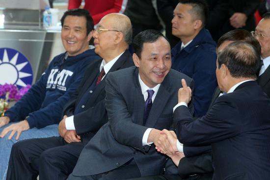 國民黨昨天舉行新春團拜,前總統馬英九(左一)、新北市前市長朱立倫(右二)、前主席吳伯雄(左二)等出席。 記者胡經周/攝影
