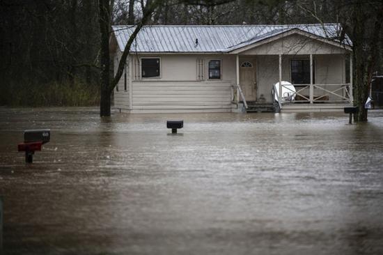 阿拉巴马州Decatur地段严重泛洪,民宅被泡在逾呎水中。(美联社)