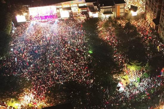 國民黨高雄市長候選人韓國瑜晚間在高美醫專舉辦旗山造勢大會