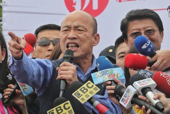 高雄市長韓國瑜(左)選前爲國民黨立委補選候選人謝龍介(右)站臺。 圖/聯合報系資料照片