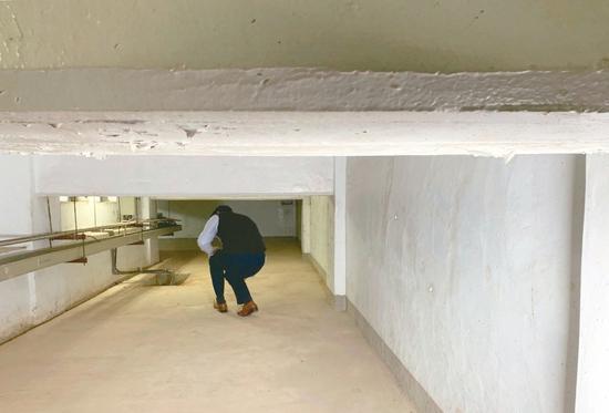 行政院防空坑道动线高高低低,最高不到一百七十公分,最低只有七十公分,很不好走。 记者林河名/摄影