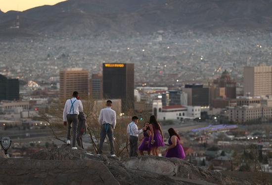 川普十九日提议暂时保护移民,换取在美墨边界筑墙。图为民众十九日从美国德州边界艾尔帕索市遥望墨西哥华瑞兹城。 (法新社)