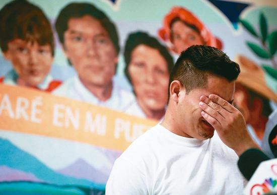 一名宏都拉斯男子谈到与孩子得分离经过,悲从中来。 美联社