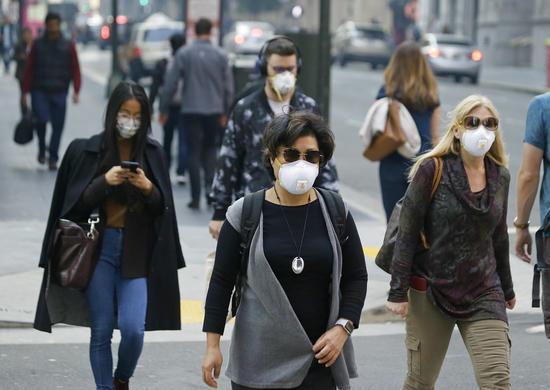 一名舊金山記者推文表示,在舊金山呼吸幾乎等於抽了12根菸,在野火受災最嚴重的天堂鎮呼吸則接近抽22根菸。美聯社