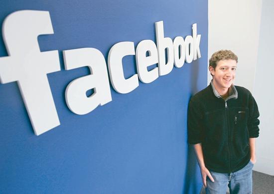 「紐約時報」利用臉書友誼紀念日影片慶祝它4日滿15歲,不過卻在影片中拿隱私、仇恨言論等問題狠酸臉書執行長扎克伯格,圖爲創辦人兼執行長扎克伯格2007年在臉書帕羅奧圖的辦公室留影。 (美聯社)