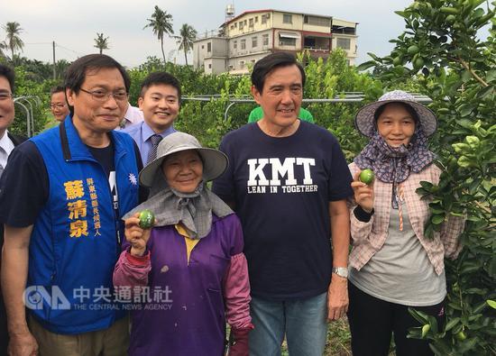 前总统马英九(右2)6日南下屏东为国民党提名屏东县长参选人苏清泉(左)助选,一起前往拜访青农林轩禾(后),一同参观柠檬园。中央社记者郭芷瑄摄 107年10月6日